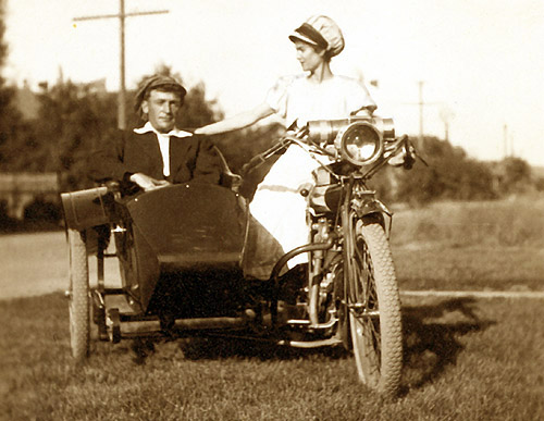 1910 sidecar couple from indianchiefmotorcycles dot com